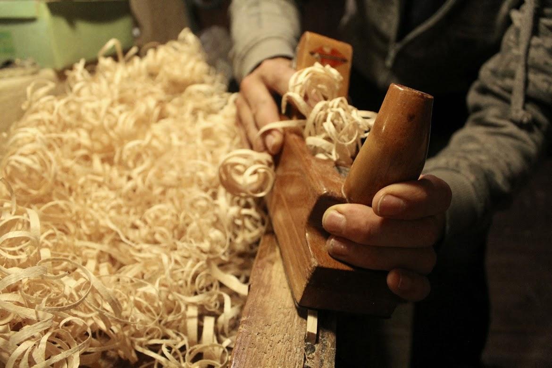 Priprava polnila – lesenih ostružkov – poteka na tradicionalen način.